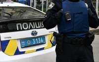 В Киеве мужчина забросал полицию обувью (видео)