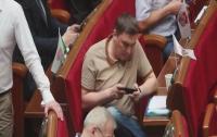 Депутата застали на работе за игрой в телефоне (видео)