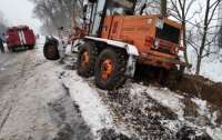 Спецтехніка для чищення снігу застрягла в заметі