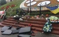 Вандал разрушил памятник Небесной Сотне в Киеве