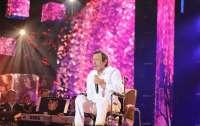 Известный певец выехал на сцену в инвалидном кресле (видео)