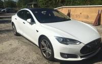 На границе со Словакией у украинца отобрали Tesla