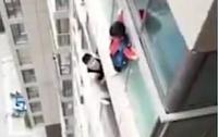 Потерявший родителей ребенок прошел по карнизу 14-го этажа (видео)