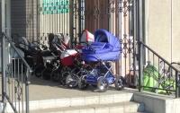Неизвестный зачем-то пытался выкрасть детскую коляску и попал на фото
