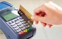 Украинцы все чаще платят за покупки карточками