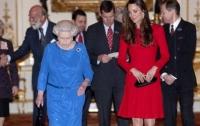 Королева Елизавета недолюбливает жену своего внука (видео)