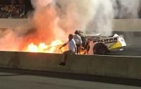 Отец во время гонки спас сына из горящего автомобиля (видео)