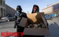 «На конец» киевлянам раздали презервативы, соль и спички (ФОТО)