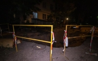 В Киеве мужчина свалился в огромную яму посреди улицы