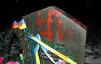 Памятник советским воинам на Галичине «украсили» свастикой