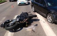 В Киеве Geely сбила мотоциклиста (видео)