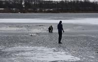 Два авто с людьми провалились под лед в Днепре