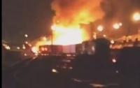 Поезд протаранил спиртовоз в Канаде: начался масштабный пожар