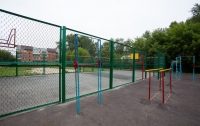 На Киевщине ребенок чуть не погиб на школьной спортплощадке (видео)