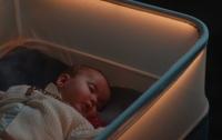 Розумна колиска заколисує дитину вдома, імітуючи подорож у авто