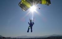 Мужчина в шортах прыгнул с парашютом в -30°C и установил мировой рекорд