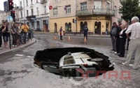 В Тернополе в яму на дороге «провалили» бусик с азиатами