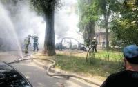Возможен поджог: в Одессе сгорела Audi, огонь перебросился на BMW