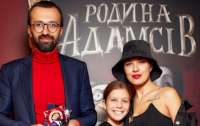 Жена Лещенко опубликовала свое фото в образе садо-мазо-проводницы в вагоне Укрзализныци