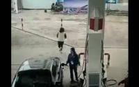 Вор-неудачник вырвал сумку у женщины и тут же врезался в стену (видео)