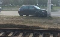 Пьяный вооруженный харьковчанин отобрал у девушки авто, врезался в столб и ушел с места ДТП