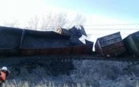 Сошел с рельсов нагруженный рудой поезд