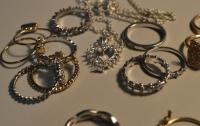 Коммунальщик снял золотые украшения с бездыханного тела женщины