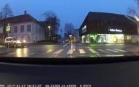 Водитель переводил бабушку через дорогу, но забыл про