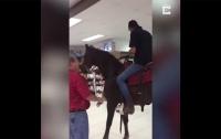 Покупатель заехал в супермаркет на лошади (видео)
