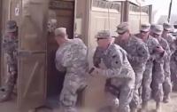 Американский спецназ взял штурмом кабинку биотуалета (видео)