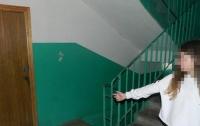 В Киеве мужчина напал на школьницу в подъезде
