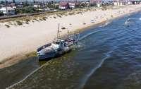 Под Одессой на пляж выбросило корабль (видео)