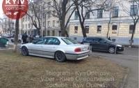 Очень оригинально припарковался хозяин BMW в Киеве