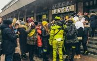 Обмотанные скотчем люди ходили по Киеву