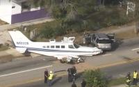 Во Флориде самолёт столкнулся с двумя автомобилями