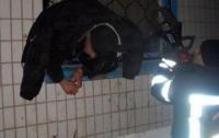 Вор застрял в окне во время ограбления в Краматорске