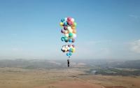 Британец пролетел 25 км на стуле и сотне воздушных шаров