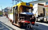 Трамвай с пассажирами врезался в грузовик