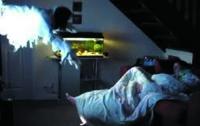 Парень жестко подшутил над своей спящей девушкой (ВИДЕО)
