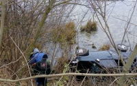 На Киевщине из пруда достали автомобиль с телом женщины