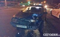 В Киеве на Троещине легковушка столкнулась с армейской машиной, есть пострадавшие