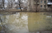 После потепления в центре Луганска появилось озеро-вонючка (ФОТО)