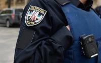 В Киеве мужчина травмировал полицейскую и похитил служебный автомобиль