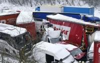 ДТП в Чехии: из-за снегопада на скоростной трассе столкнулись 40 автомобилей