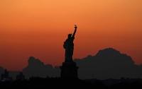 Женщина забралась на статую Свободы в Нью-Йорке