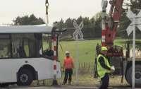 Школьный автобус столкнулся с поездом, пострадали 40 человек