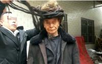 Мужчина не стригся 54 года и отрастил пятиметровые волосы (видео)