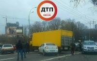 Авария в Киеве: столкнулись 6 автомобилей, движение остановлено