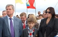 Севастопольский градоначальник подарил 12 новорожденным по золотому кулону