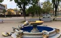 Под Киевом девушка сломала фонтан ради